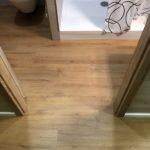 Vinylova podlaha COREtec Imperial 1207 z chodby bez prechodovej listy do sprchy (až 400m2 bez dilatácie medzi miestosťami)